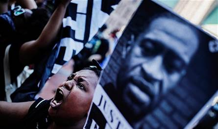 مقطع جديد للحظات جورج فلويد الأخيرة.. والتظاهرات تجتاح أميركا مطالبة بالعدالة! (فيديو)