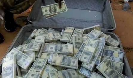ما حقيقة مصادرة مبالغ مالية بالدولار من الوافدين الى المطار؟