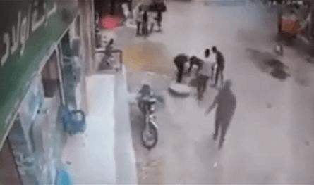 مشاهد مؤلمة.. طفل يسقط في بالوعة أثناء لعبه بطائرة ورقية (فيديو)