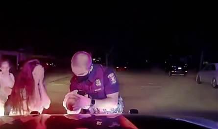 شرطي ينقذ رضيعة من الموت.. كادت أن تختنق ثم! (فيديو)