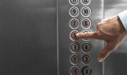 مشهدٌ مرعب.. رجلٌ يتسبّب باندلاع حريق داخل مصعد! (فيديو)