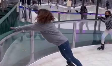 ابنة أصالة بموقف محرج.. سقطت أرضاً وارتطم رأسها أثناء التزلج على الجليد (فيديو)
