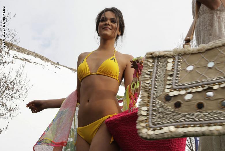 a4d56d3ba يُشار إلى أن عروض الملابس الداخلية النسائية في منطقة فاريا السياحية، تحولت  إلى حدث سنوي يتوافد إليه مئات الزوار للاستمتاع بآخر صيحات